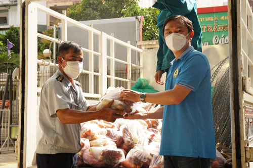 Hỗ trợ công nhân khó khăn vì dịch bệnh - Ảnh 1.