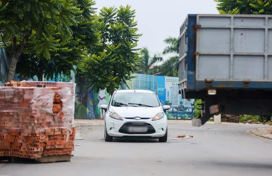CLIP: Dùng 2 vạn gạch, xe tải, bê tông... làm chốt cứng hạn chế người dân ra đường - Ảnh 6.