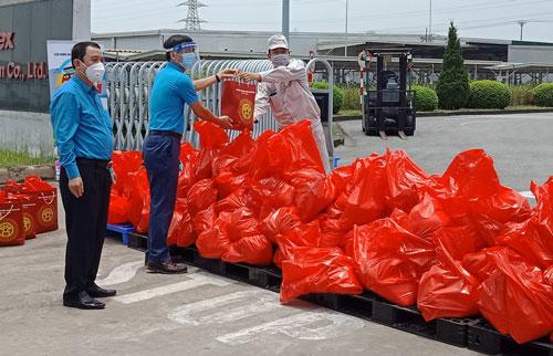 Hà Nội: Xe buýt siêu thị 0 đồng'' san sẻ khó khăn với công nhân - Ảnh 1.