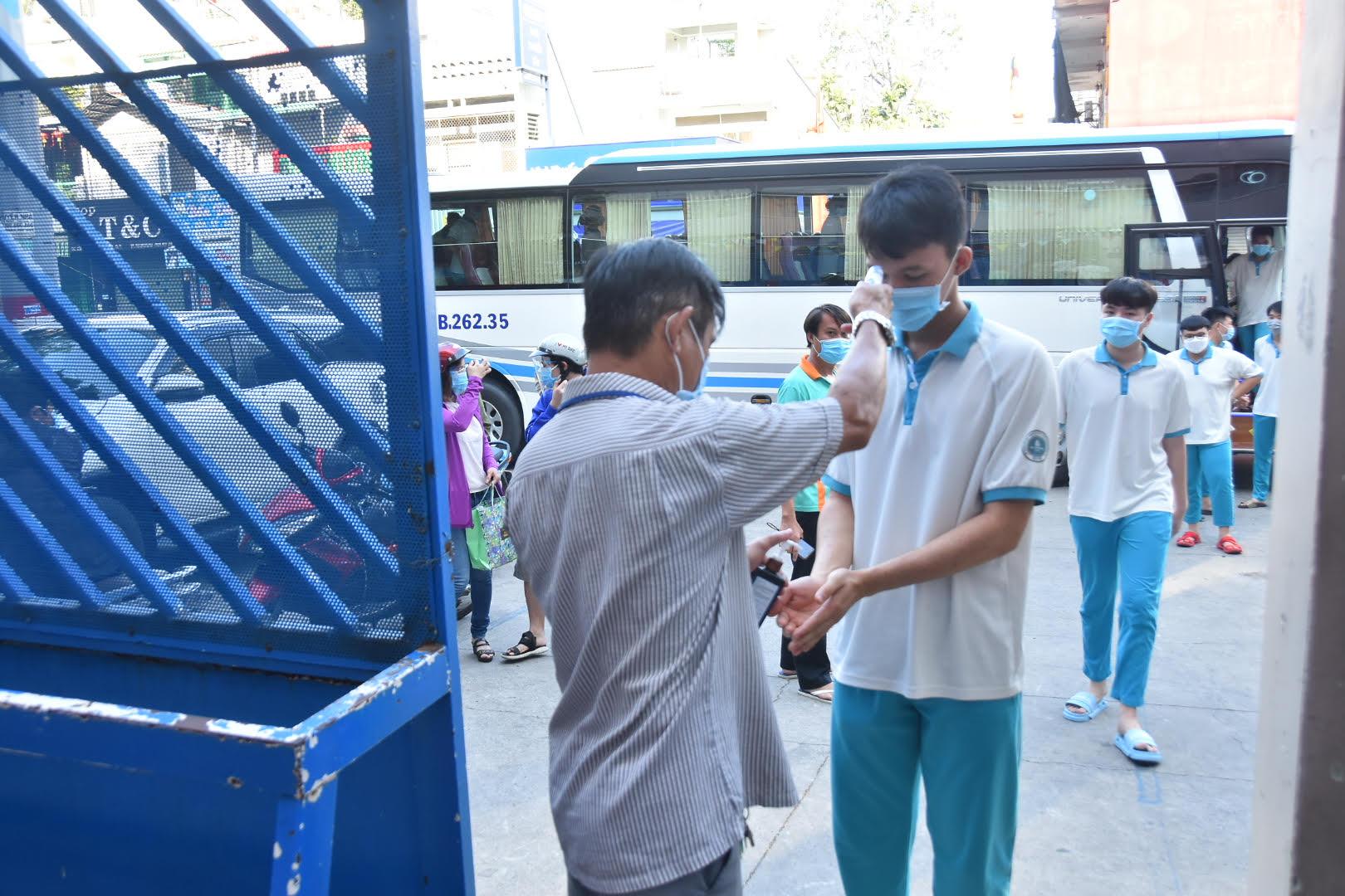 TP HCM lên kế hoạch hẹn phụ huynh đến trường nhận SGK - Ảnh 1.