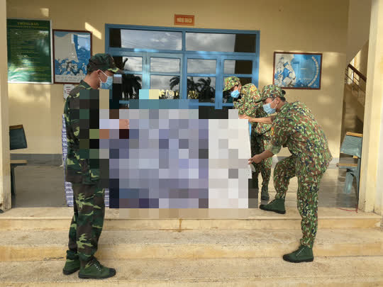 Phát hiện 6 người vứt 6 bao tải màu xanh rồi chạy về hướng biên giới Campuchia - Ảnh 1.