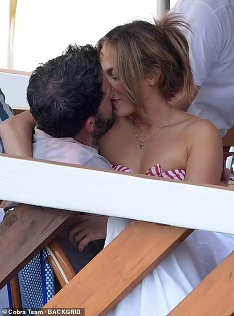 "Jennifer Lopez và Ben Affleck ""dính như sam"" hậu tái hợp - Ảnh 1."