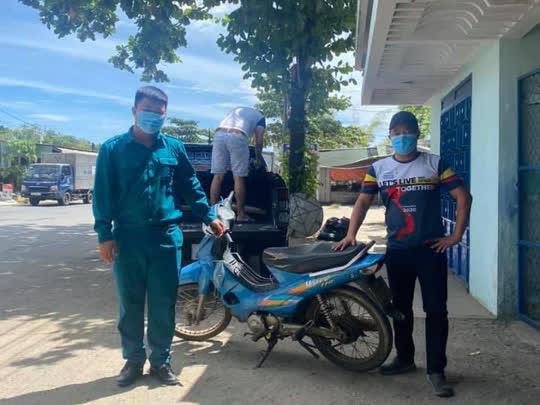 Bé trai 9 ngày tuổi cùng cha mẹ vượt hàng ngàn km từ Bình Dương về Nghệ An bằng xe máy - Ảnh 4.