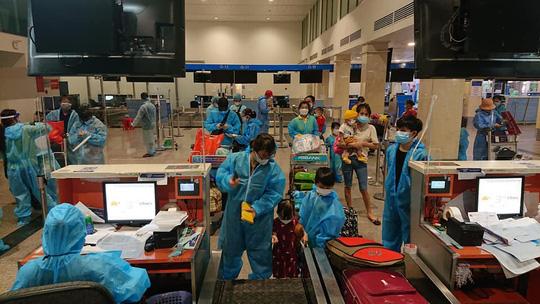 Thêm 2 chuyến bay miễn phí đưa 400 người từ TP HCM về quê Quảng Nam - Ảnh 2.