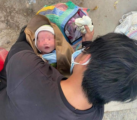 Bé trai 9 ngày tuổi cùng cha mẹ vượt hàng ngàn km từ Bình Dương về Nghệ An bằng xe máy - Ảnh 1.