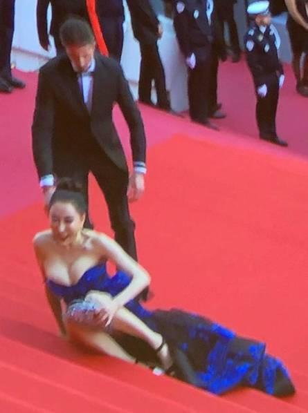Lại tạo dáng hở hang, phản cảm trên thảm đỏ Liên hoan phim Cannes - Ảnh 6.