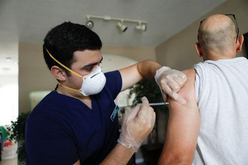 Mỹ: Covid-19 đe dọa người chưa tiêm chủng - Ảnh 1.