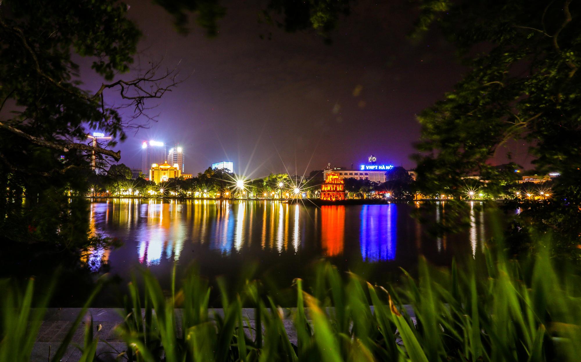 Đêm Hà Nội vắng lặng trong những ngày giãn cách xã hội - Ảnh 4.