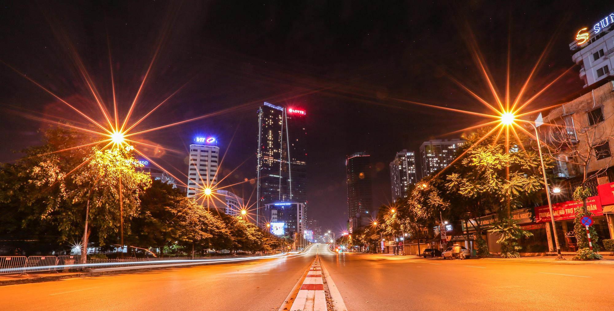 Đêm Hà Nội vắng lặng trong những ngày giãn cách xã hội - Ảnh 12.