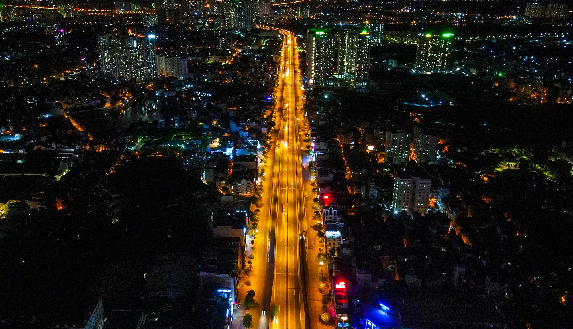 Đêm Hà Nội vắng lặng trong những ngày giãn cách xã hội - Ảnh 2.