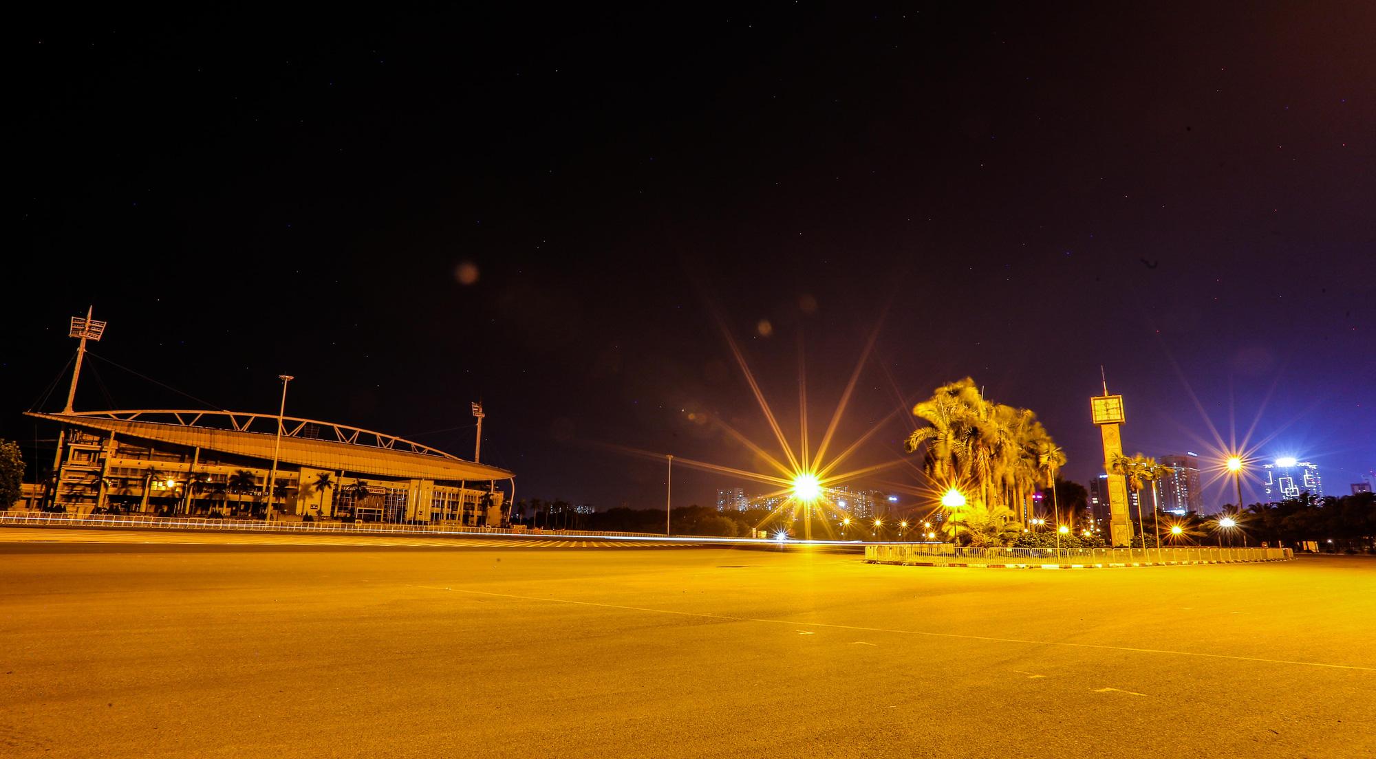 Đêm Hà Nội vắng lặng trong những ngày giãn cách xã hội - Ảnh 9.
