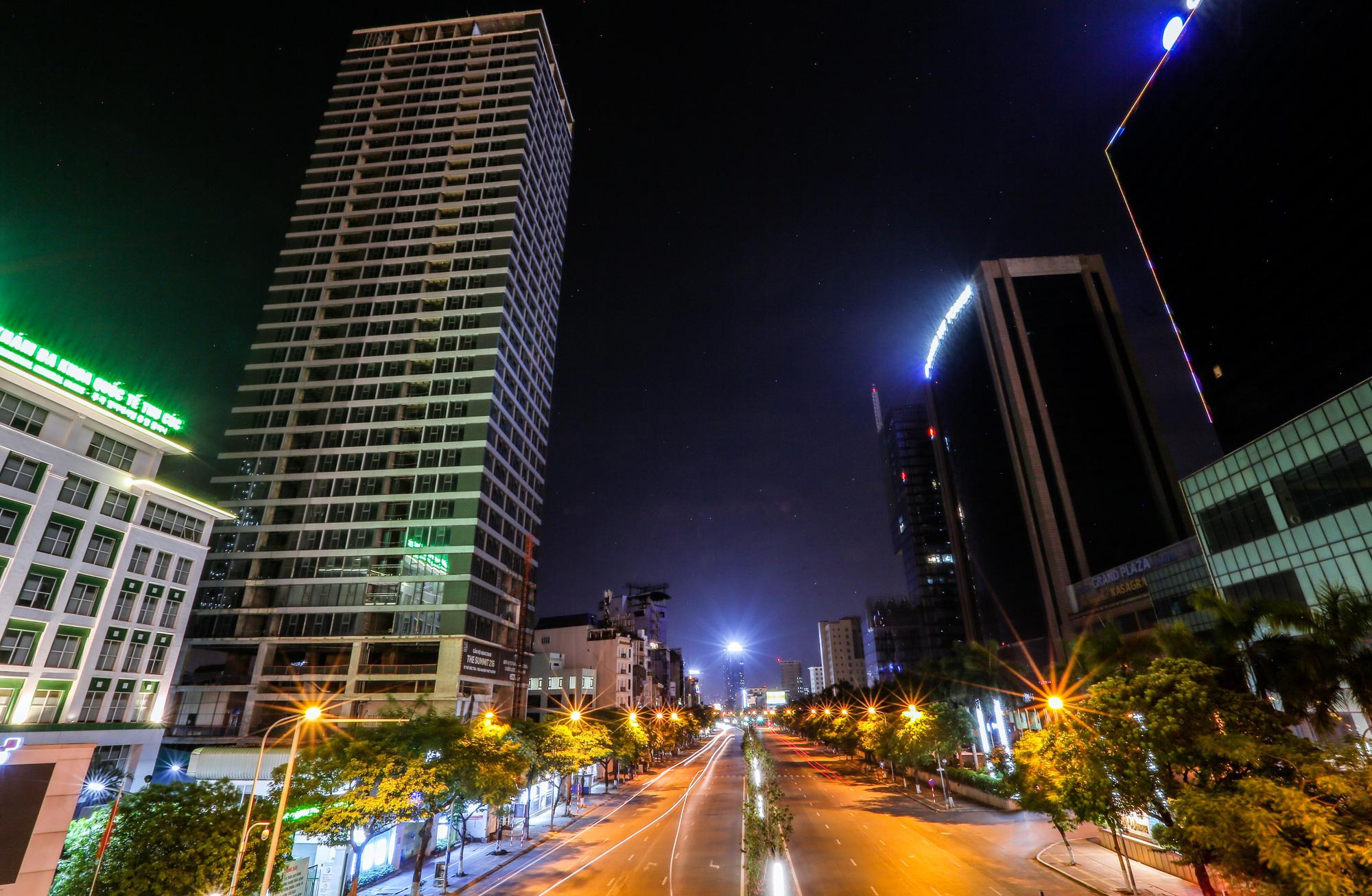 Đêm Hà Nội vắng lặng trong những ngày giãn cách xã hội - Ảnh 11.