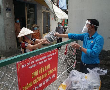 Hỗ trợ thực phẩm, cải thiện bữa ăn cho công nhân khó khăn - Ảnh 1.