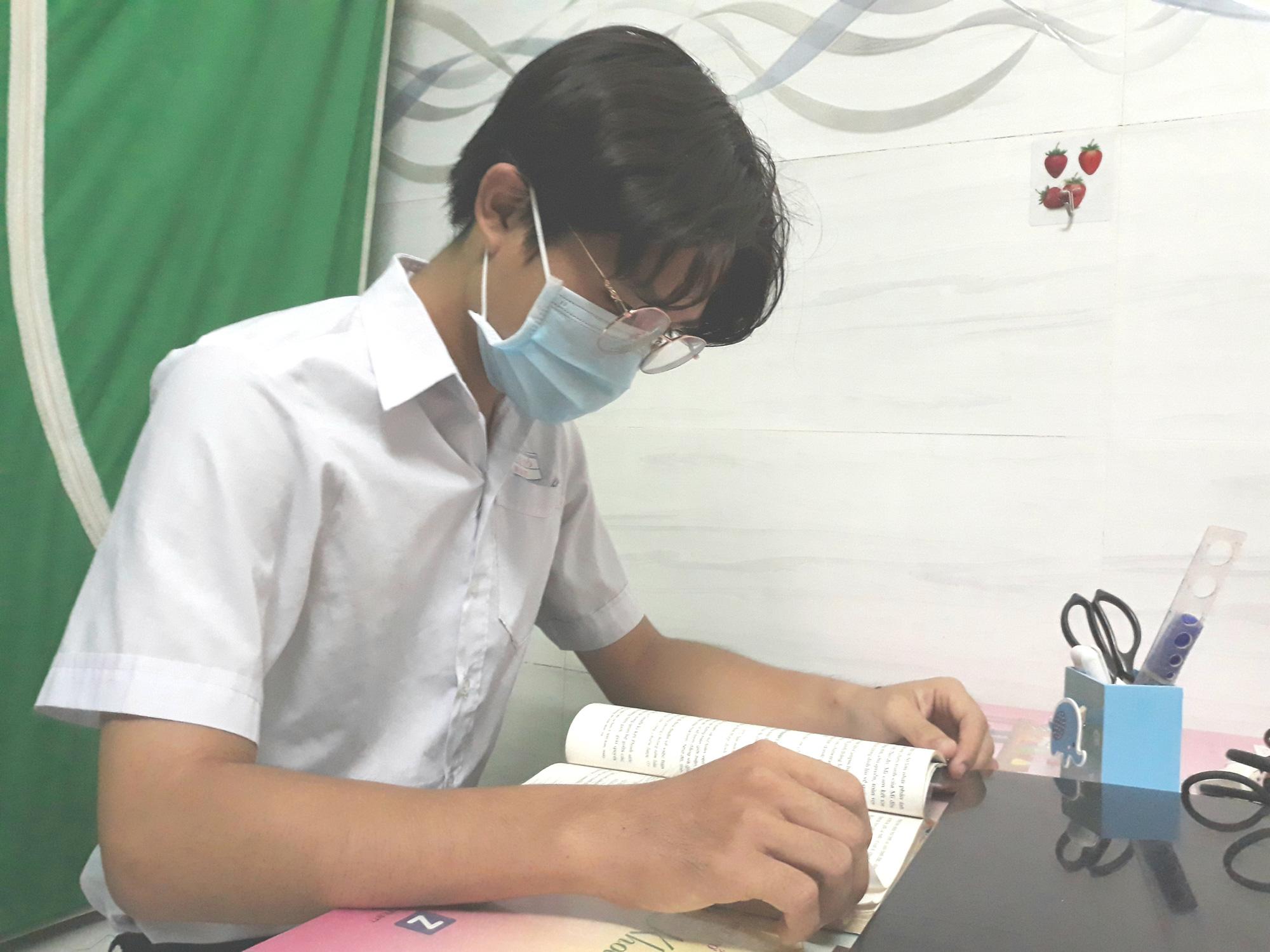 Giám đốc Sở GD-ĐT An Giang nói về việc cho học sinh tựu trường sớm nhất khu vực - Ảnh 1.