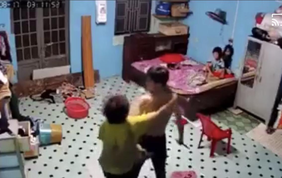 CLIP: Nam thanh niên dùng cây lau nhà đánh mẹ vì không cho mượn điện thoại - Ảnh 3.