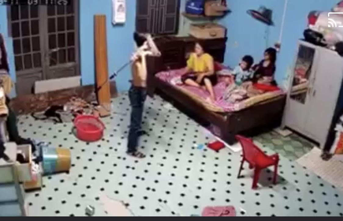 CLIP: Nam thanh niên dùng cây lau nhà đánh mẹ vì không cho mượn điện thoại - Ảnh 1.