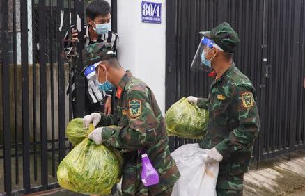 Bộ đội đưa thực phẩm đến tận tay người dân - Ảnh 3.