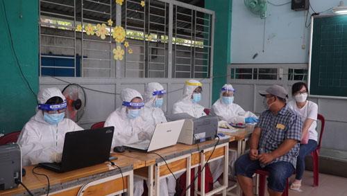 Bác sĩ Trương Hữu Khanh: Giải tỏa nỗi lo vắc-xin, xét nghiệm và F0 - Ảnh 1.