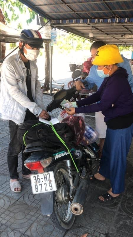 Đi bộ từ Quảng Ngãi về quê, chàng trai Thanh Hóa được bà con Quảng Nam tặng tiền, xe máy - Ảnh 5.