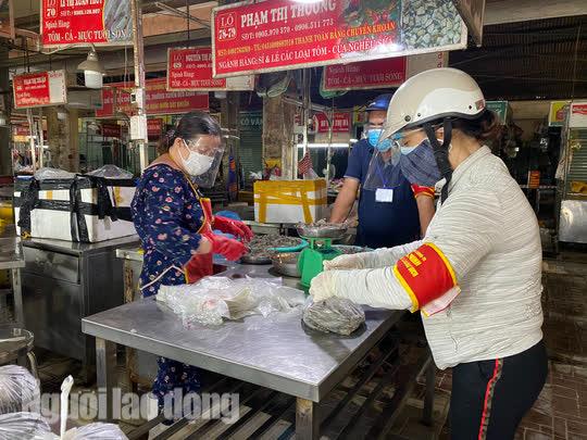 Đà Nẵng mở cửa lại chợ truyền thống, các tổ trưởng dân phố mừng ra mặt - Ảnh 7.