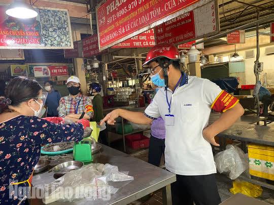 Đà Nẵng mở cửa lại chợ truyền thống, các tổ trưởng dân phố mừng ra mặt - Ảnh 2.