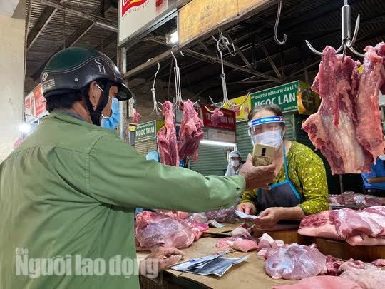 Đà Nẵng mở cửa lại chợ truyền thống, các tổ trưởng dân phố mừng ra mặt - Ảnh 4.