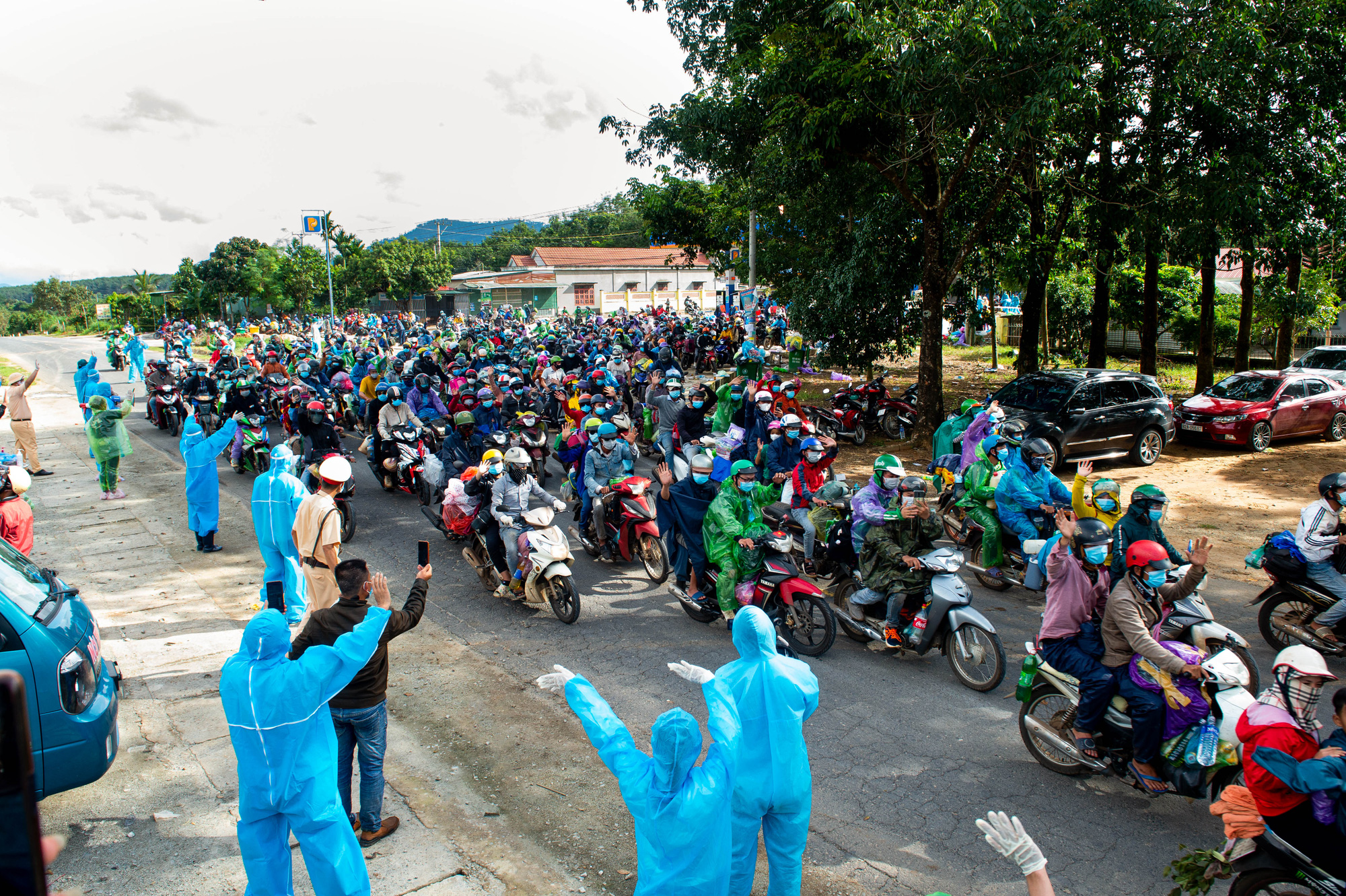 Tỉnh Kon Tum dốc toàn lực hỗ trợ người dân từ phía nam về quê mùa dịch Covid-19 - Ảnh 10.