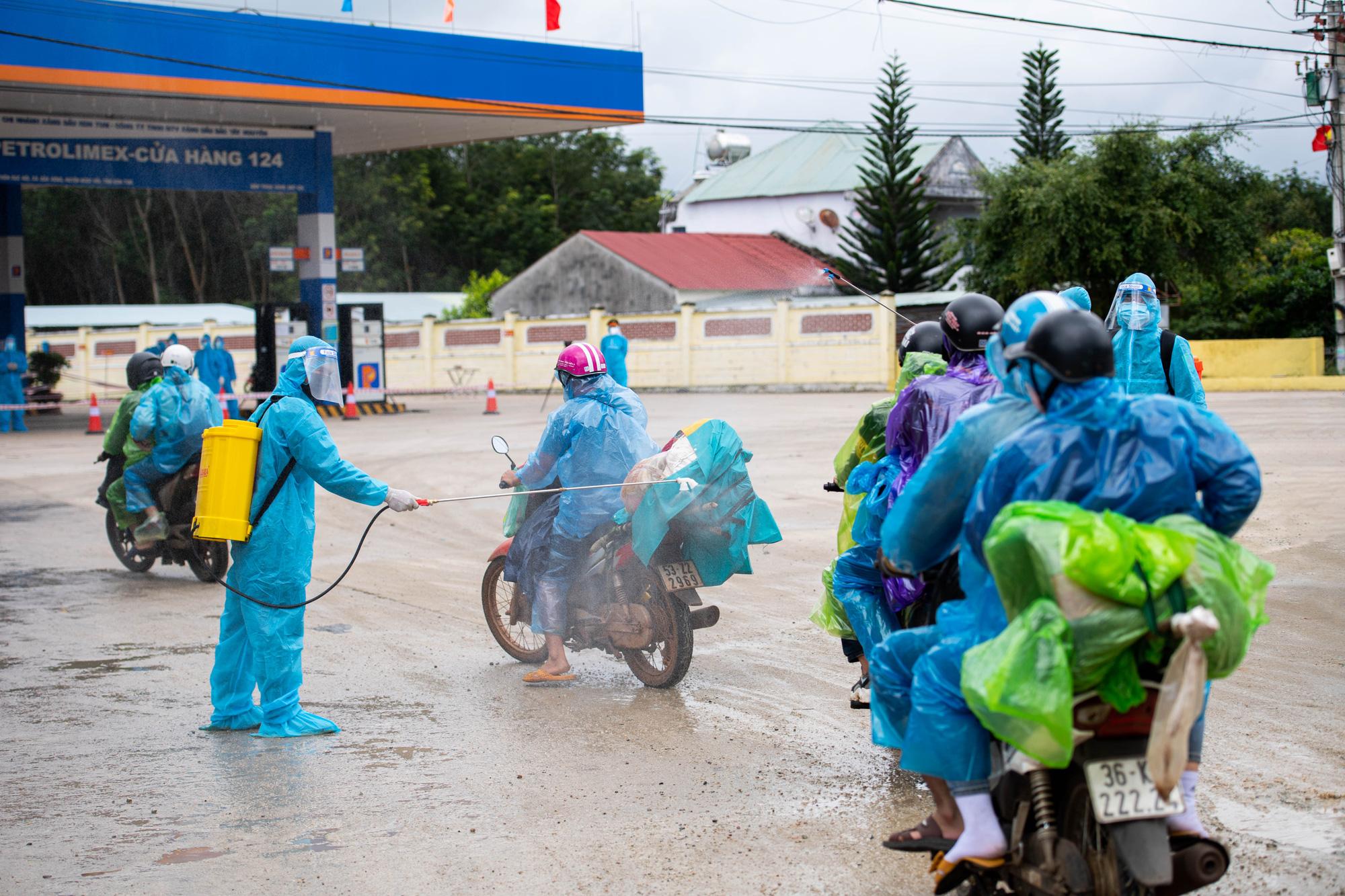 Tỉnh Kon Tum dốc toàn lực hỗ trợ người dân từ phía nam về quê mùa dịch Covid-19 - Ảnh 6.