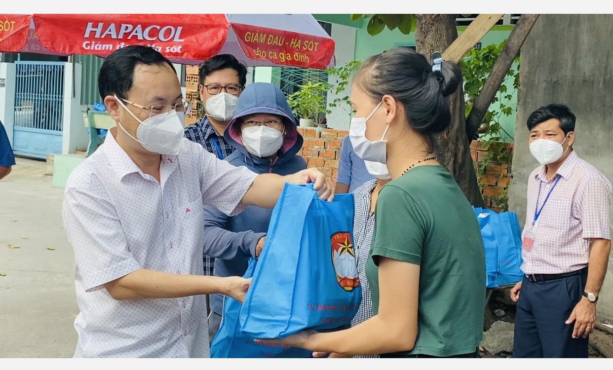 Công nhân xúc động nhận túi an sinh xã hội từ lãnh đạo TP Thủ Đức - Ảnh 4.