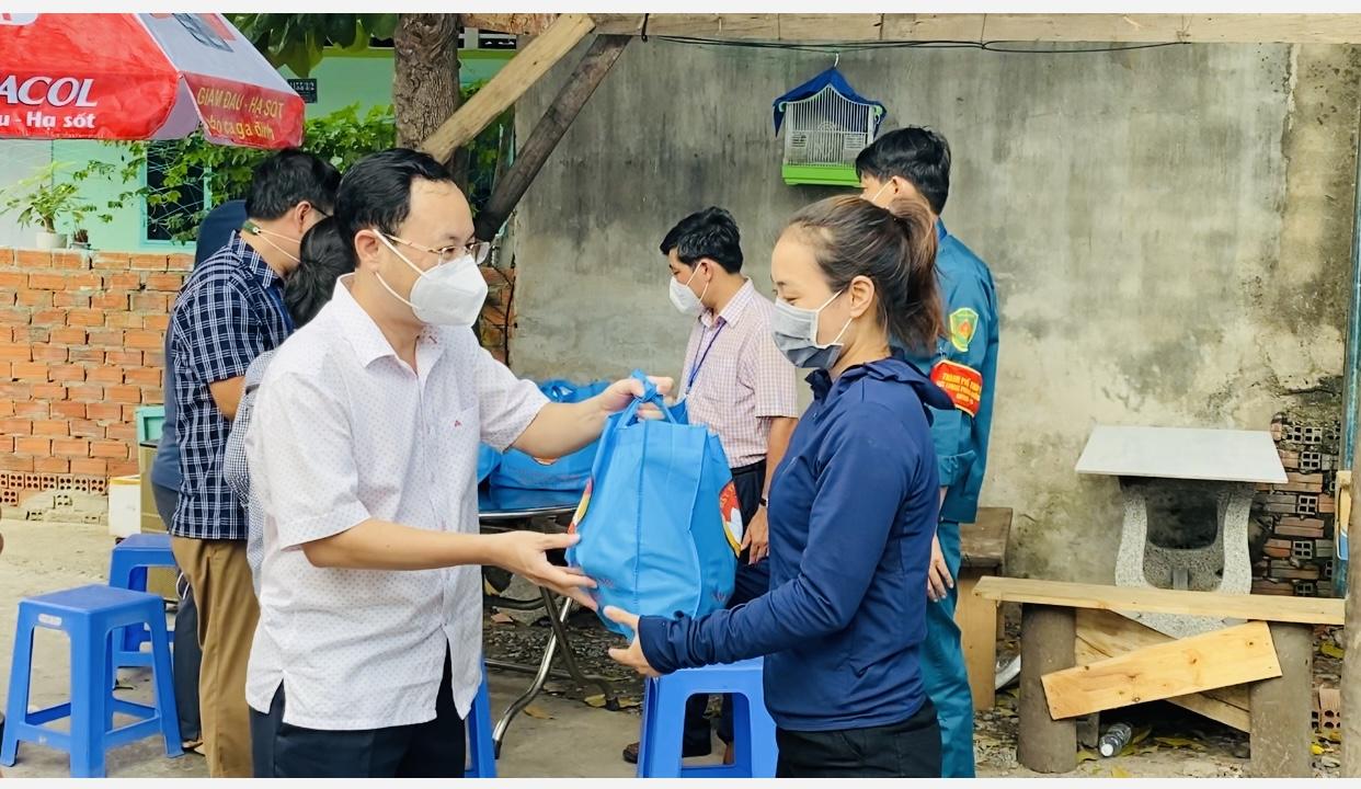 Công nhân xúc động nhận túi an sinh xã hội từ lãnh đạo TP Thủ Đức - Ảnh 3.