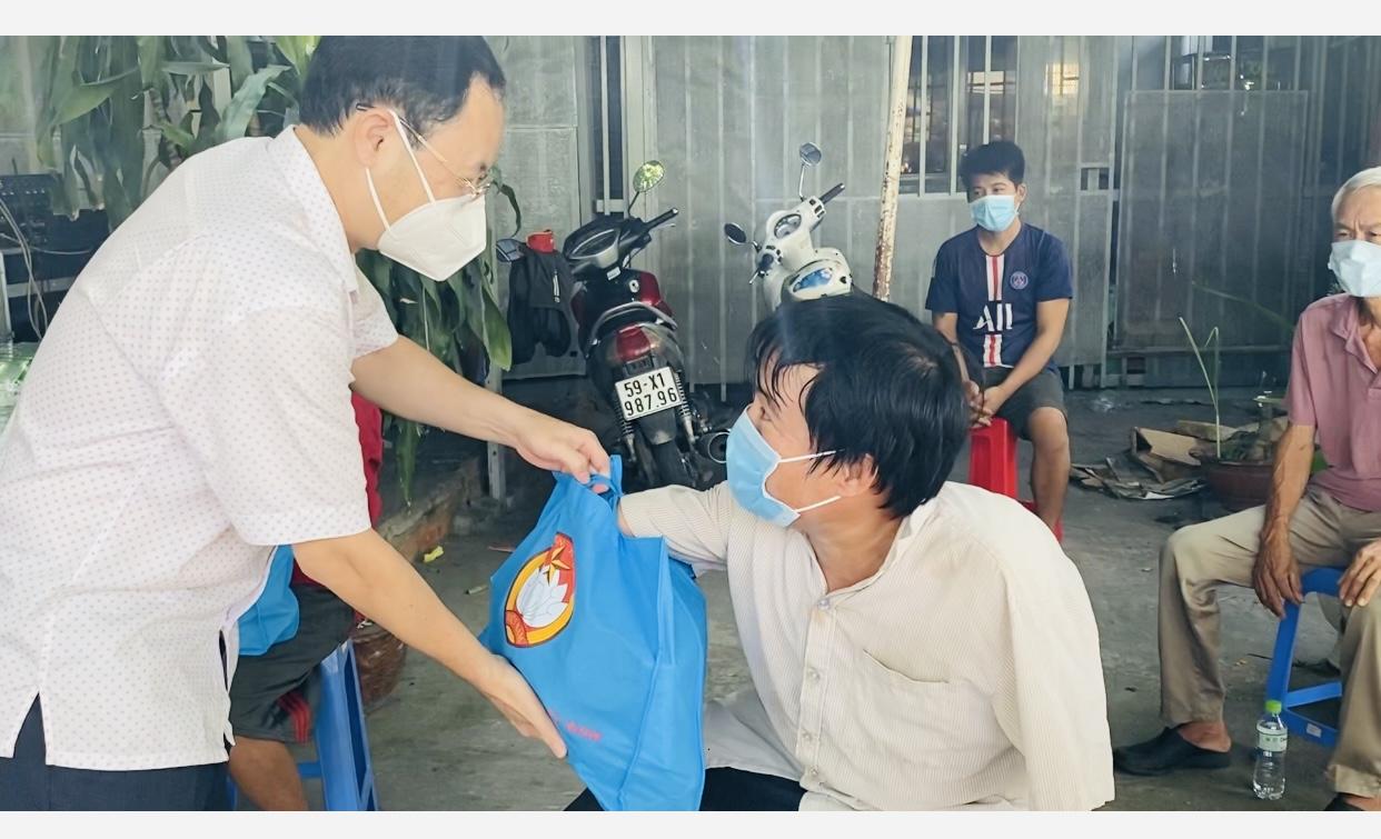 Công nhân xúc động nhận túi an sinh xã hội từ lãnh đạo TP Thủ Đức - Ảnh 1.