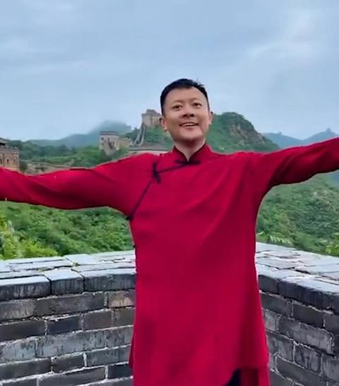 Bị chỉ trích vì nhảy trên bờ tường Vạn Lý Trường Thành, diễn viên xin lỗi - Ảnh 2.