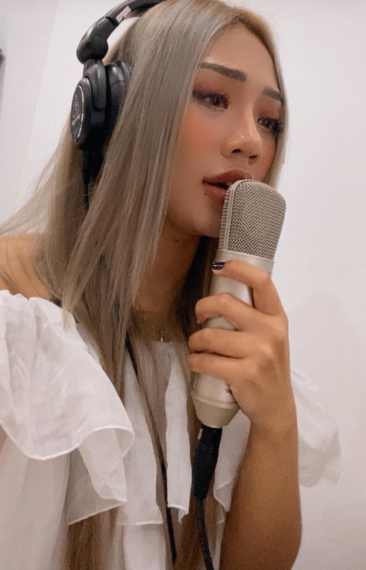 Diện mạo cô gái xinh đẹp hát từ khu phong tỏa - Ảnh 1.