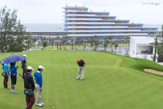 Lãnh đạo tỉnh Bình Định nói gì về việc giám đốc sở và cục phó chơi golf lậu giữa mùa dịch? - Ảnh 1.