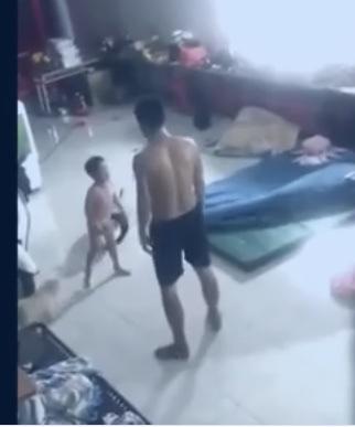 Bình Dương: Tạm giữ người đàn ông hành hạ bé trai gây bức xúc dư luận - Ảnh 1.