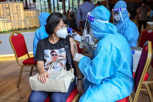 TP HCM, Bình Dương cần thêm vắc-xin - Ảnh 1.