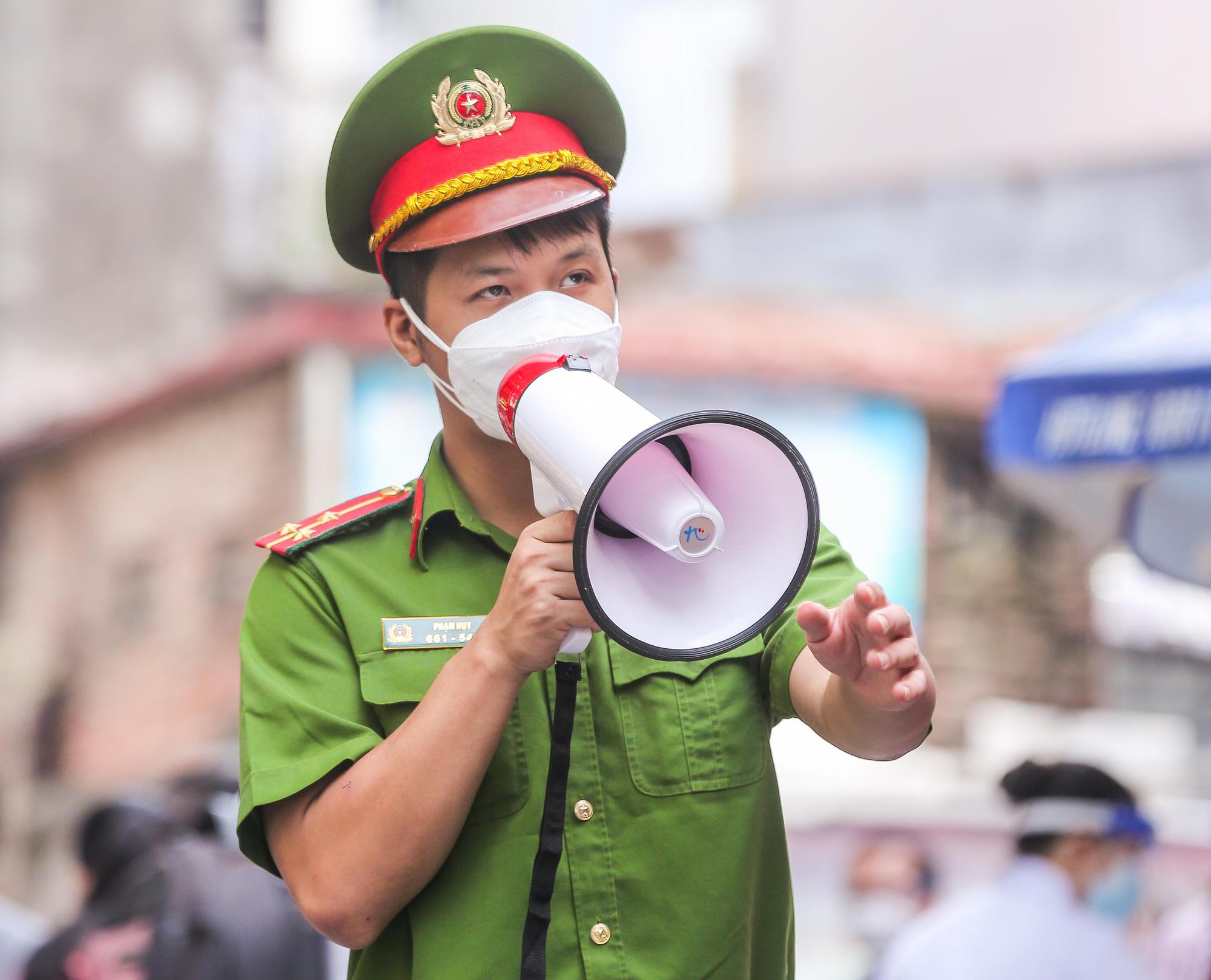 Cận cảnh người dân Hà Nội tiêm vắc-xin Vero Cell - Ảnh 5.