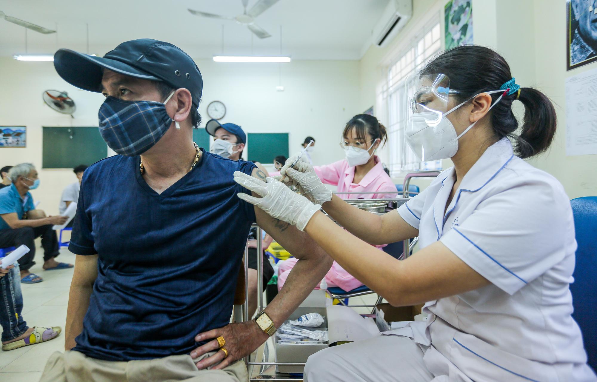 Cận cảnh người dân Hà Nội tiêm vắc-xin Vero Cell - Ảnh 12.