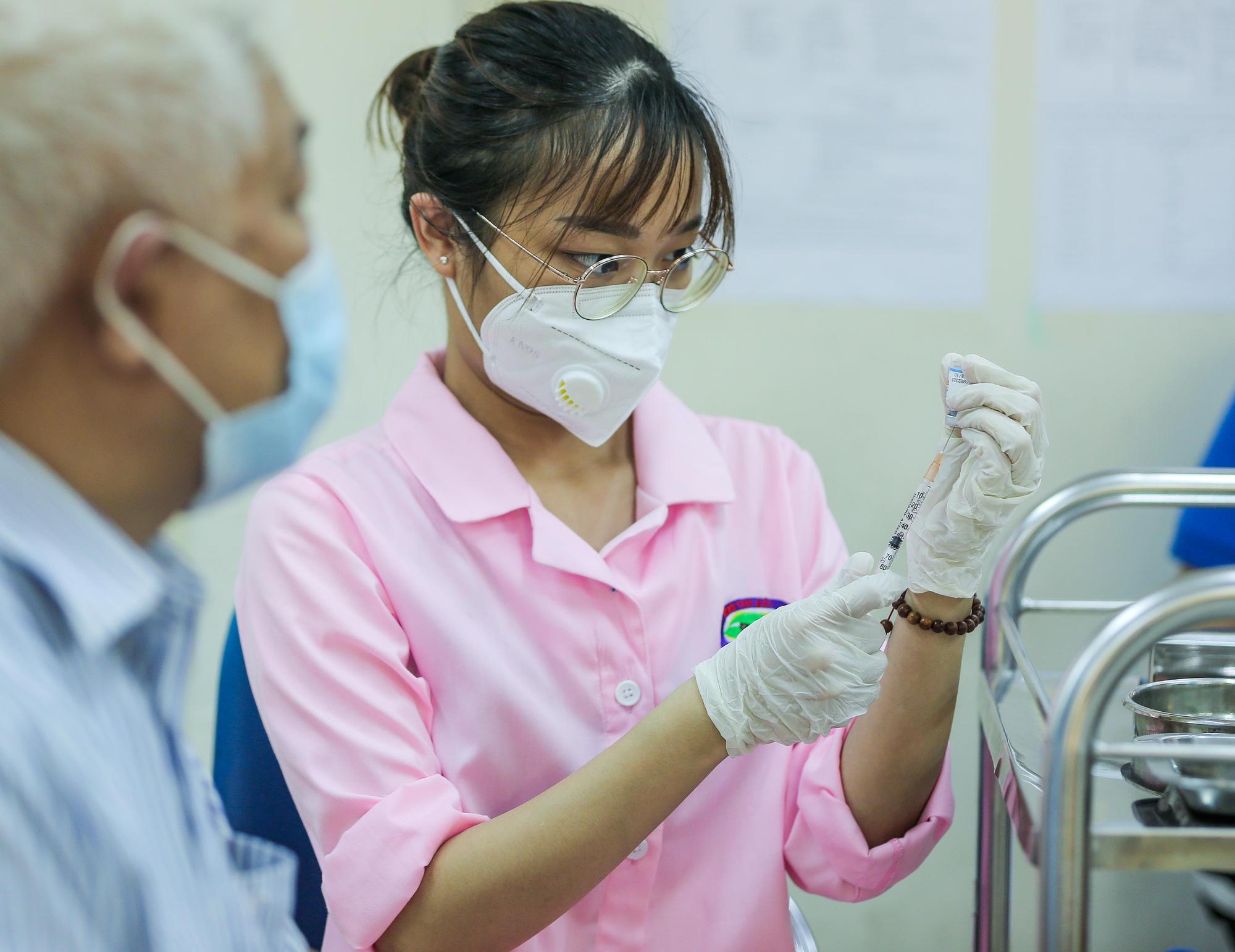 Cận cảnh người dân Hà Nội tiêm vắc-xin Vero Cell - Ảnh 9.