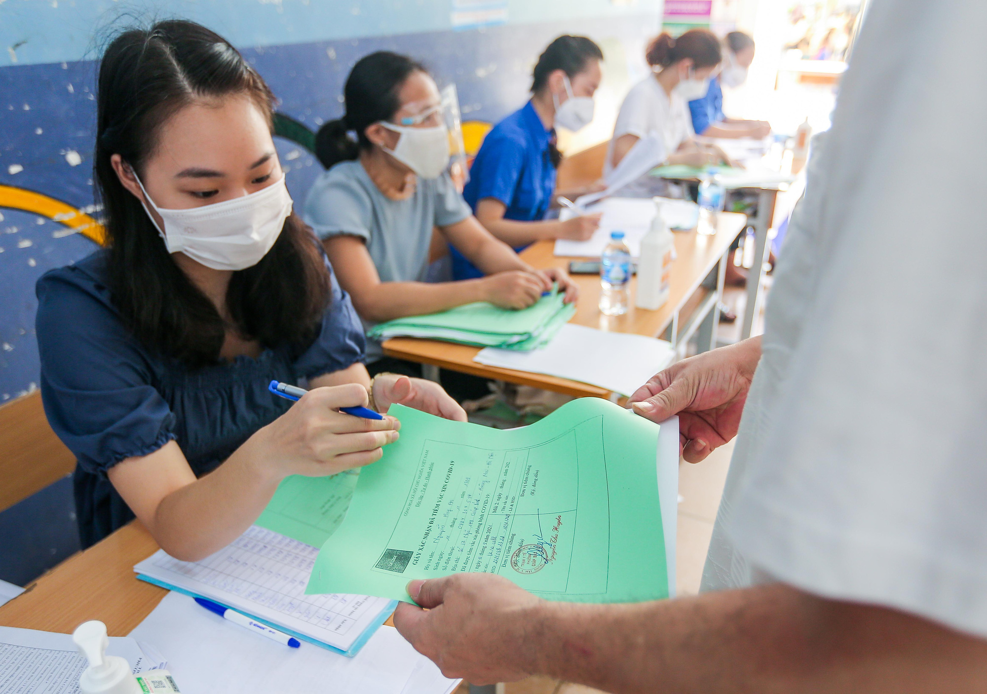 Cận cảnh người dân Hà Nội tiêm vắc-xin Vero Cell - Ảnh 15.