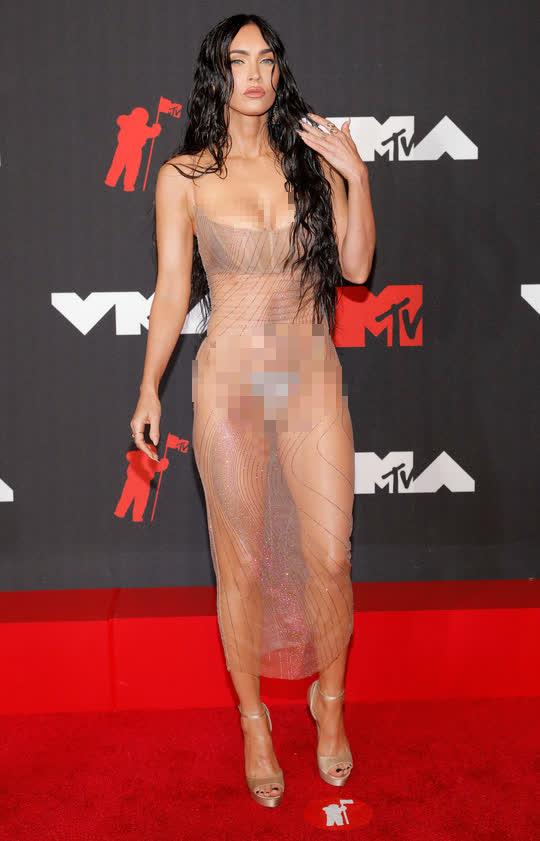 """Minh tinh Megan Fox lại """"mặc như không"""" trên thảm đỏ - Ảnh 1."""
