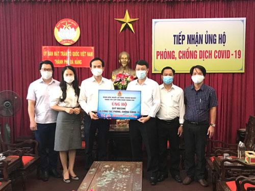 Đà Nẵng: Ủng hộ 800 triệu đồng cho Quỹ Vắc-xin phòng chống dịch bệnh - Ảnh 1.