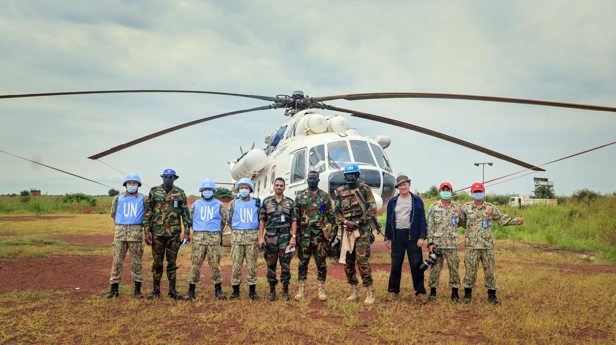 CLIP: Cận cảnh bệnh viện mũ nồi xanh cấp cứu, vận chuyển bệnh nhân lên trực thăng - Ảnh 2.