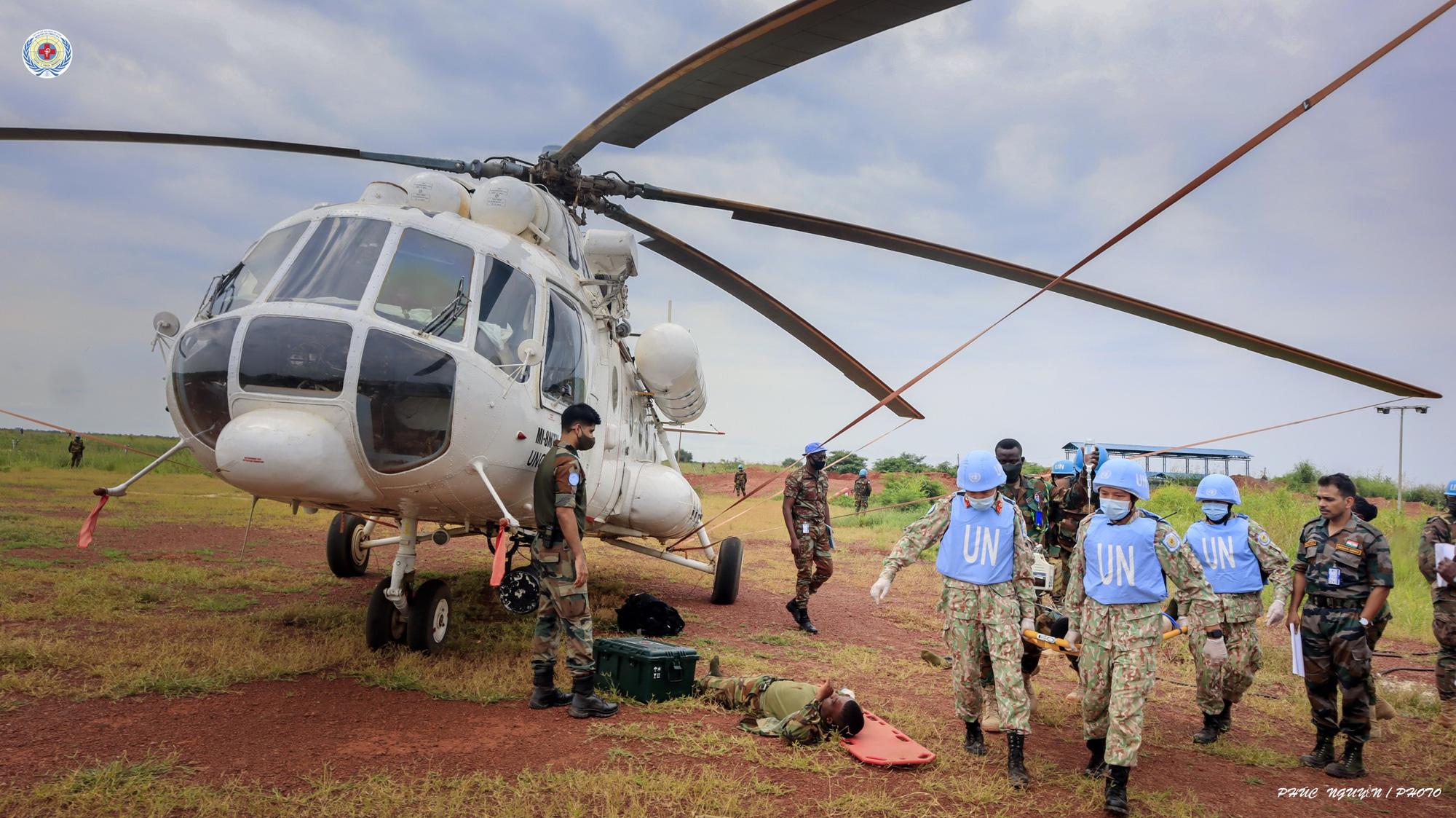 CLIP: Cận cảnh bệnh viện mũ nồi xanh cấp cứu, vận chuyển bệnh nhân lên trực thăng - Ảnh 6.