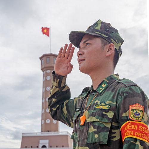 Cuộc thi ảnh Thiêng liêng cờ Tổ quốc: Dưới ngọn Quốc kỳ - Ảnh 1.