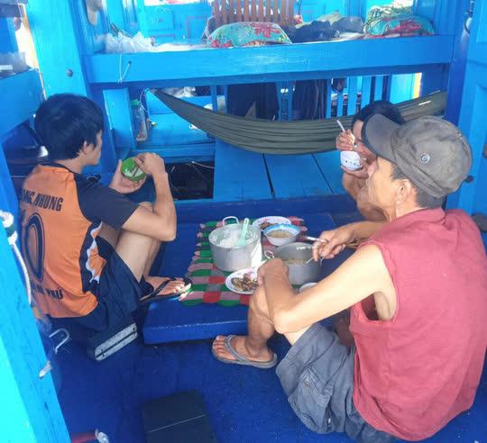 284 tàu cá lênh đênh chờ được tiếp tế lương thực - Ảnh 1.