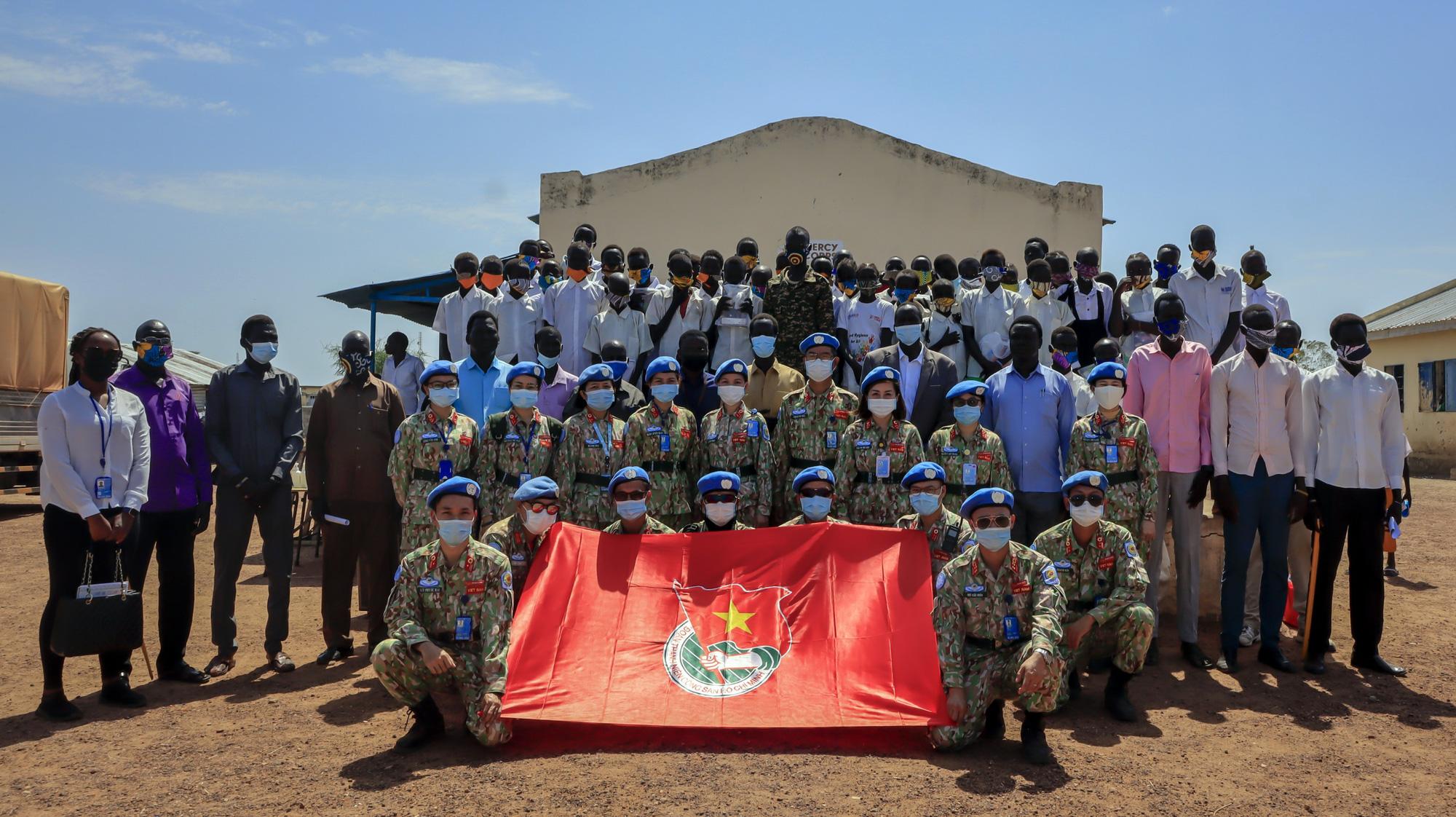 Bất ngờ tranh kỷ niệm Quốc khánh 2-9 của Bệnh viện dã chiến mũ nồi xanh Việt Nam tại Nam Sudan - Ảnh 2.