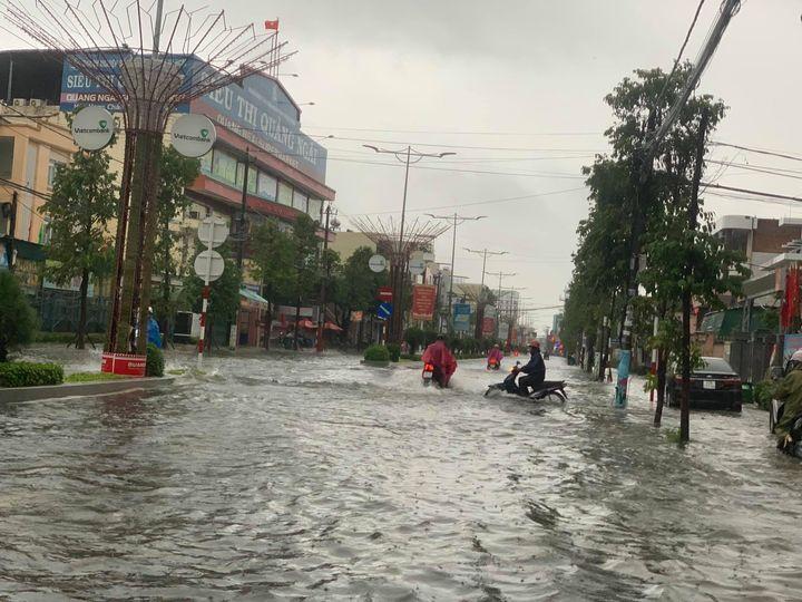 Bão số 6 gây mưa lớn ở miền Trung, nhiều nhà dân bị tốc mái do lốc xoáy - Ảnh 1.