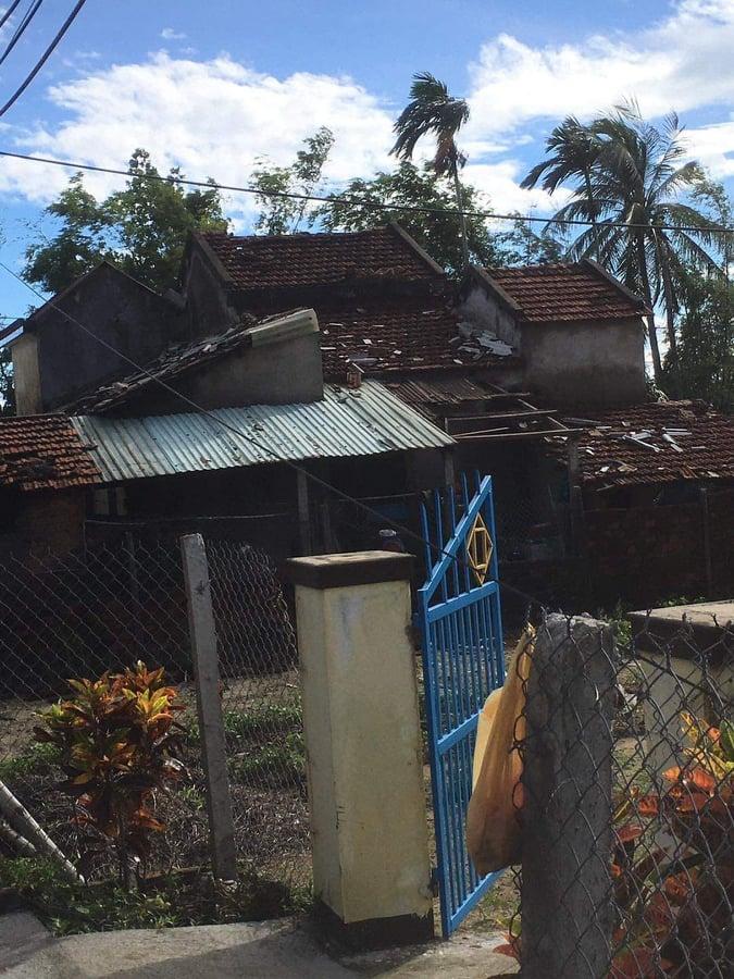 Bão số 6 gây mưa lớn ở miền Trung, nhiều nhà dân bị tốc mái do lốc xoáy - Ảnh 8.