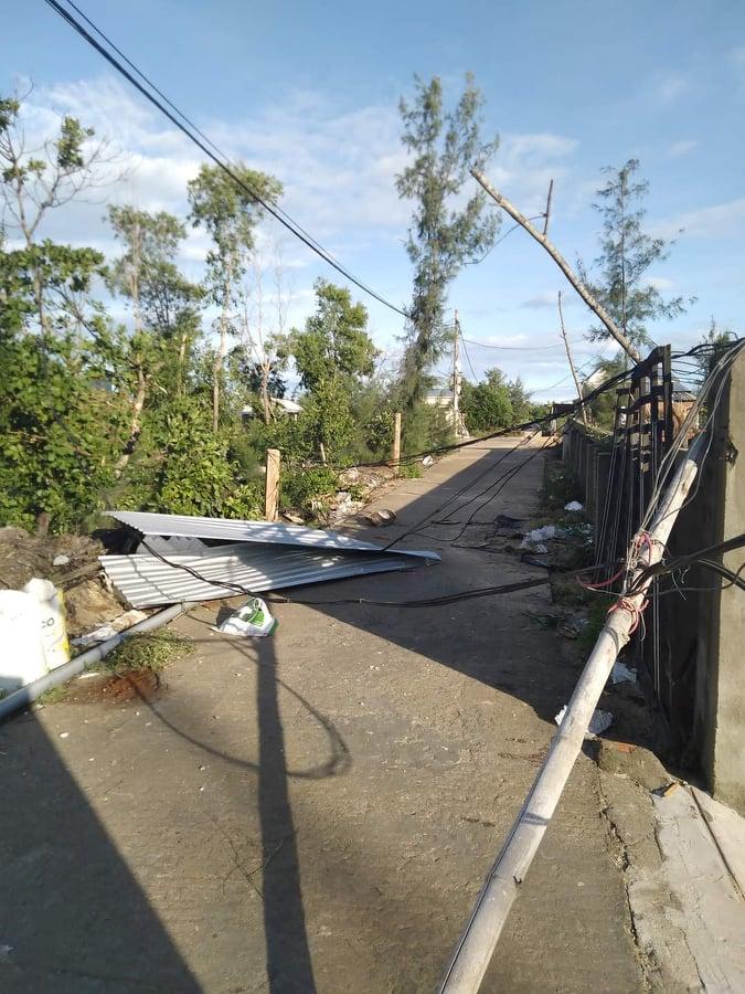Bão số 6 gây mưa lớn ở miền Trung, nhiều nhà dân bị tốc mái do lốc xoáy - Ảnh 6.